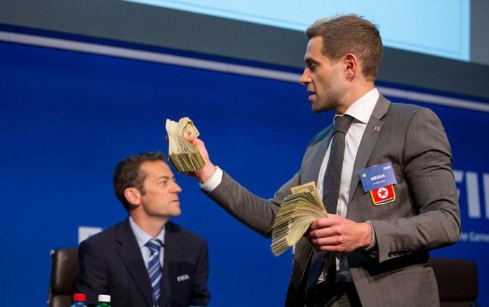 В главу ФИФА бросили пачку денег (8 фото)