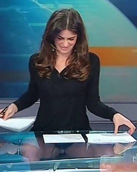 2 в 1: новости и показ нижнего белья (6 фото)