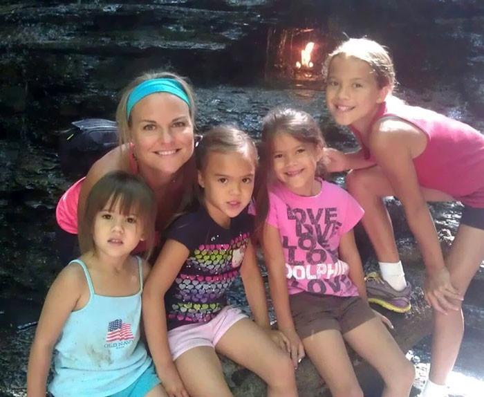 После смерти подруги она удочерила ее четырех девочек