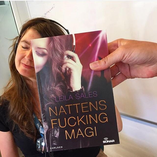 Фотографии, на которых лица читателей совмещаются с обложками книг