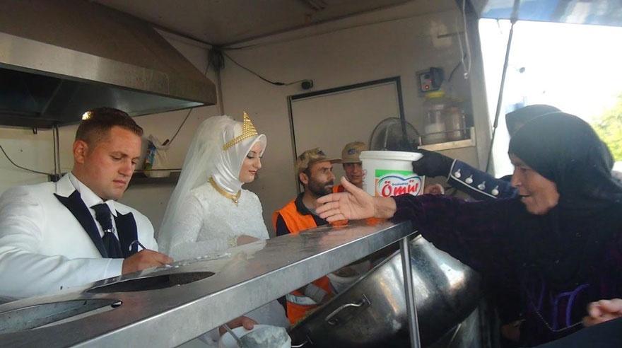 Жених и невеста накормили голодных беженцев