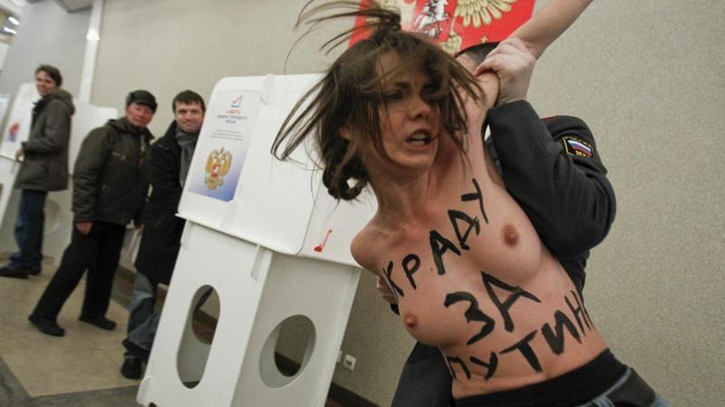 Женщины требуют право демонстрировать грудь