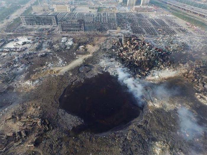 Взрыв в Тяньцзине образовал гигантскую воронку (3 фото)