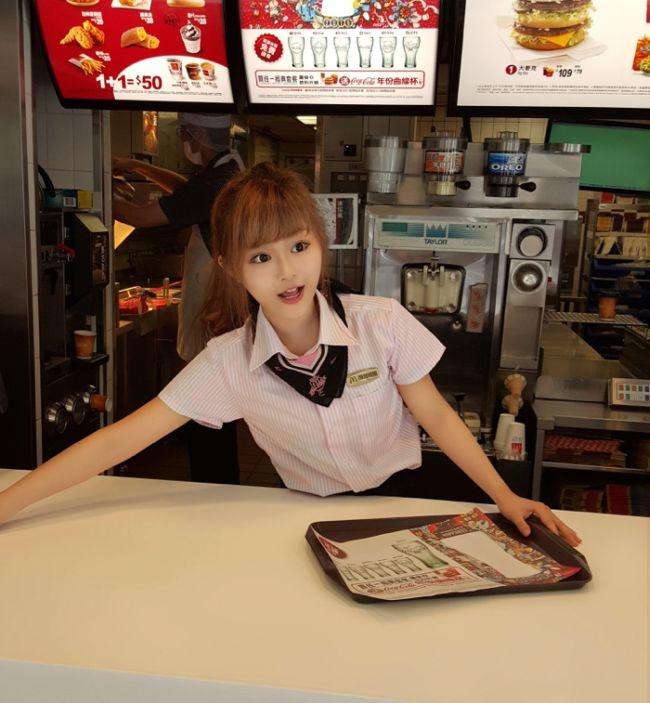 Жительницу Тайваня окрестили самой красивой работницей McDonald's (12 фото)