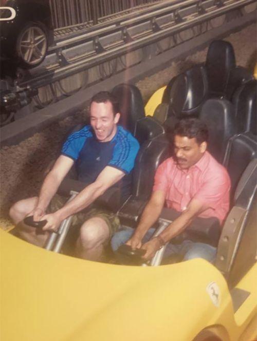 Пассажир взял за компанию таксиста в парк атракционов (5 фото)