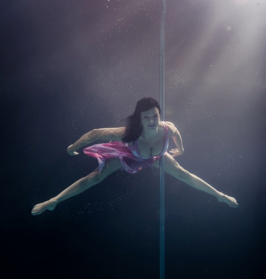 Танец на шесте под водой