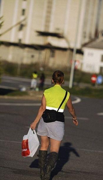 Девушки на трассе в светоотражающих жилетах (3 фото)
