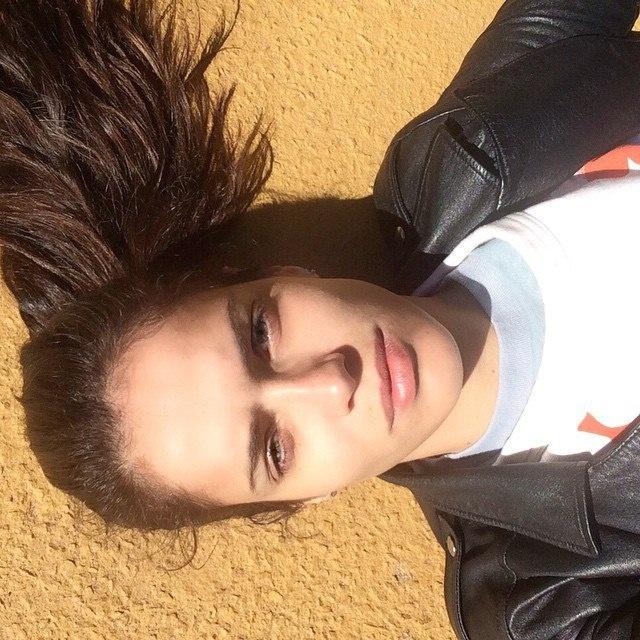 Красивые девушки с темными волосами (23 фото)