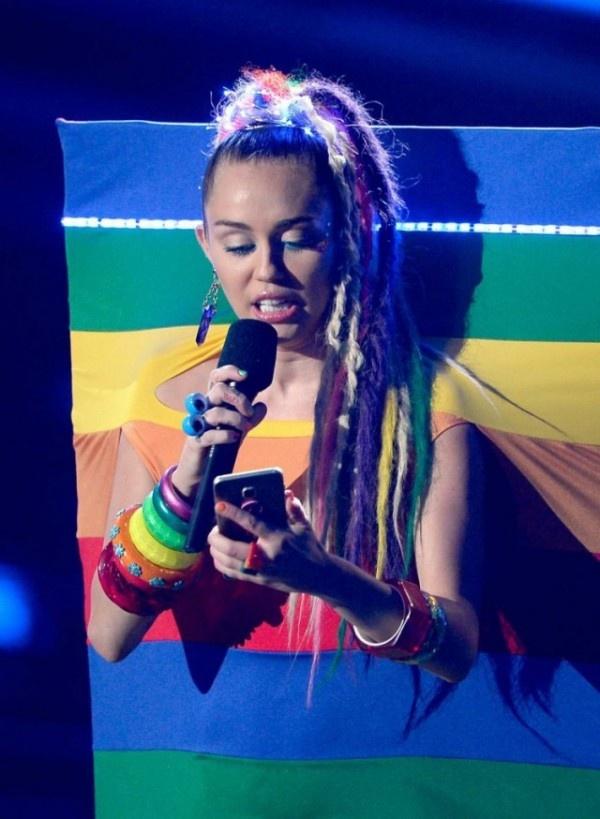 Провакационные наряды Майли Сайрус на церемонии MTV Video Music Awards 2015 (23 фото)