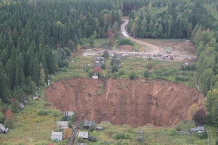 Провал под Соликамском увеличивается в размерах (6 фото)