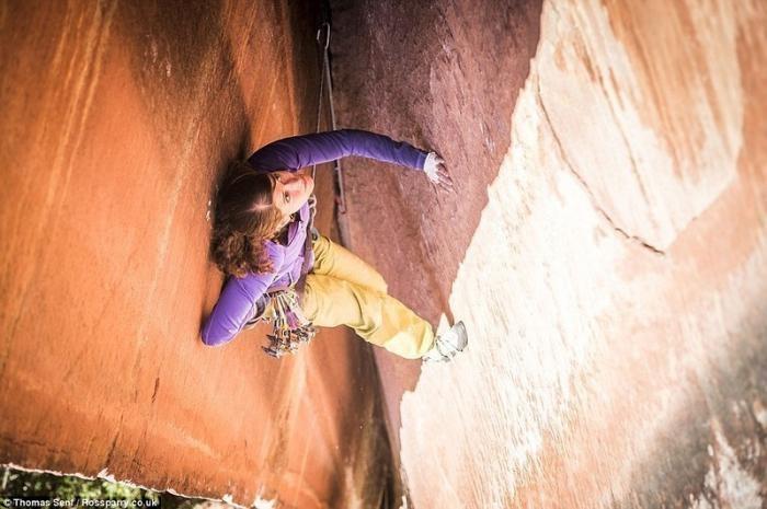 Учительница взобралась на вершину скалы по 300-метровой трещине (9 фото)