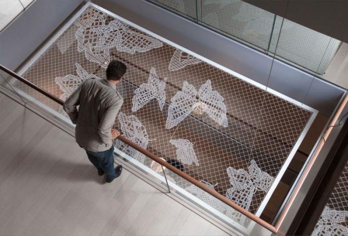 Вышивка проволокой на сетке (9 фото)