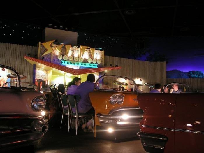 Уникальный ресторан-кинотеатр (9 фото)