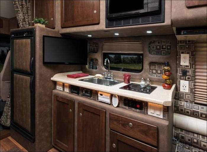 Уютный салон грузовика (9 фото)