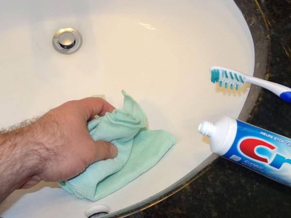 15 способов применения обычной зубной пасты