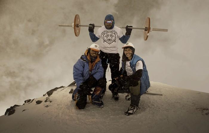 Восхождение на Эльбрус с 75-килограммовой штангой (4 фото)