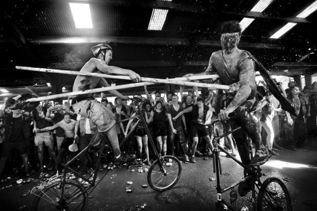 Необыкновенные рыцарские бои на велосипедах (8 фото)