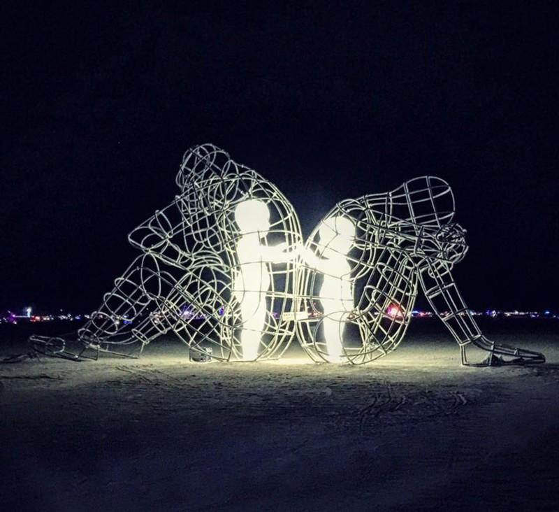 Уникальная скульптура, которая показывает внутренних детей, запертых внутри взрослых тел (5 фото)