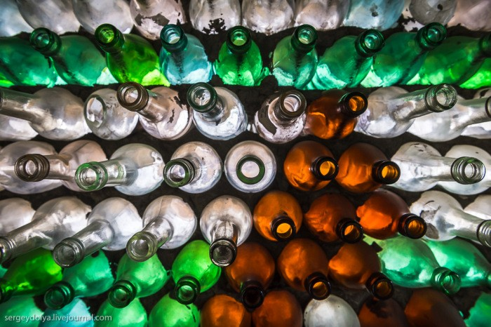 Домик из бутылок (6 фото)