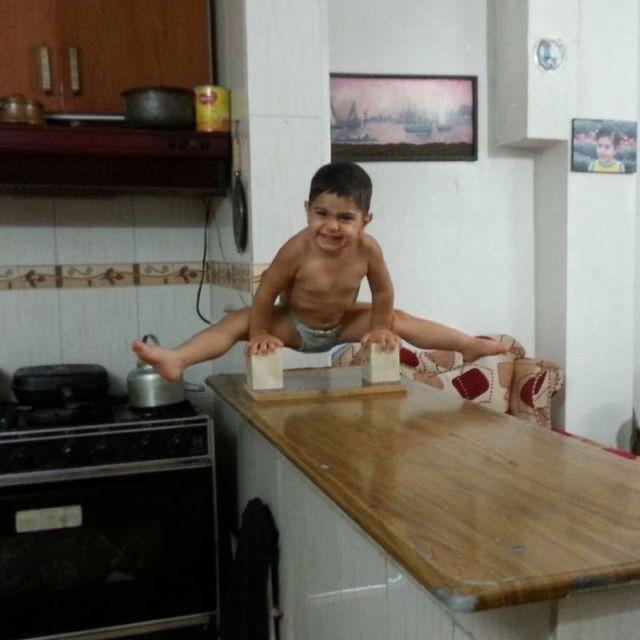 Двухлетний ребенок делает невероятные акробатические трюки (15 фото)