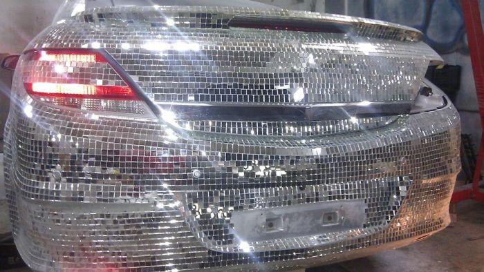 Житель Ханты-Мансийска инкрустировал автомобиль десятками тысяч зеркал (15 фото)