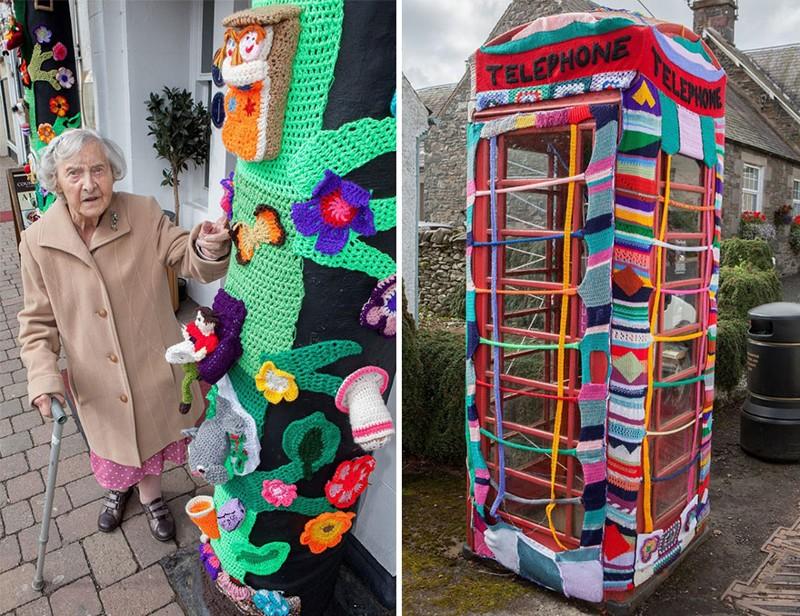 Бабуля украшает свой город связанными вручную вещами (6 фото)
