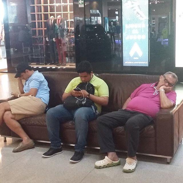 Скучающие мужья во время шопинга (23 фото)