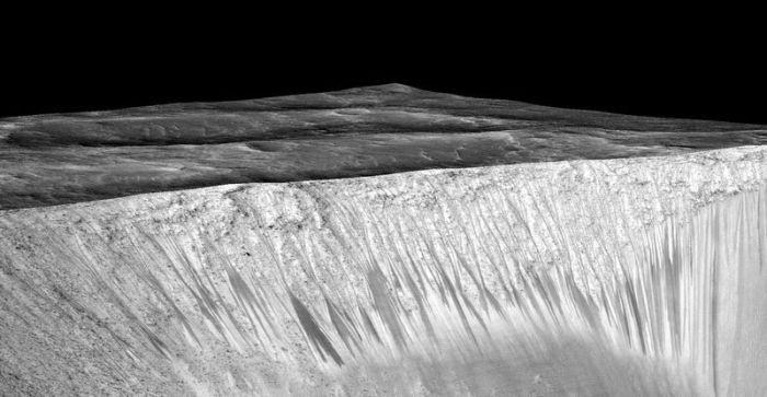 NASA нашло доказательства существования жидкой воды на Марсе (2 фото)