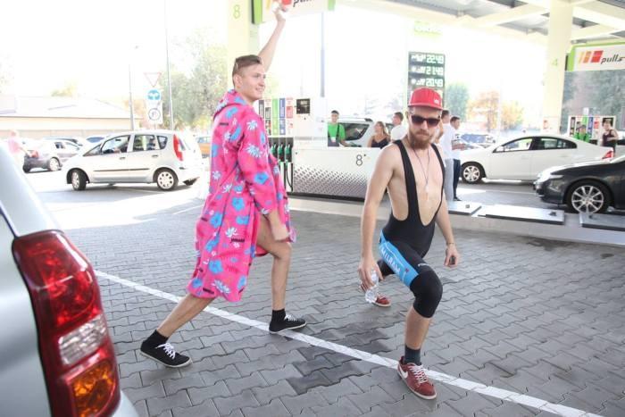 Мужчины в купальниках приехали за бесплатным топливом (15 фото)