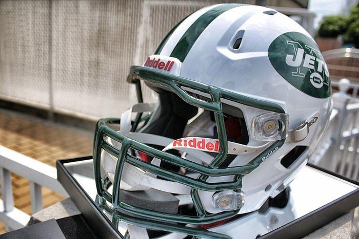 Шлем игрока в американский футбол (3 фото)