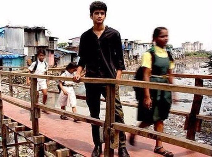 В трущобах Мумбая индийский парень построил мост  (6 фото)