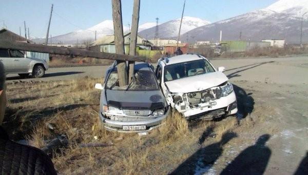 Машина влетела в опору ЛЭП. Счастливая случайность уберегла водителя (2 фото)