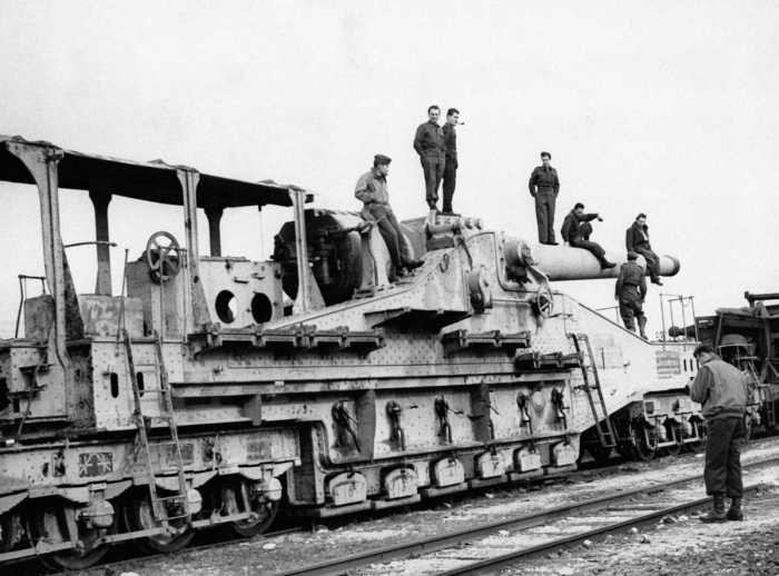 Орудия минувшей эпохи, установленные на железнодорожной платформе (15 фото)