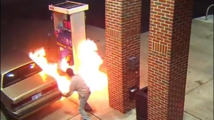 Пытаясь сжечь паука, американец устроил пожар на заправке (2 гифки)
