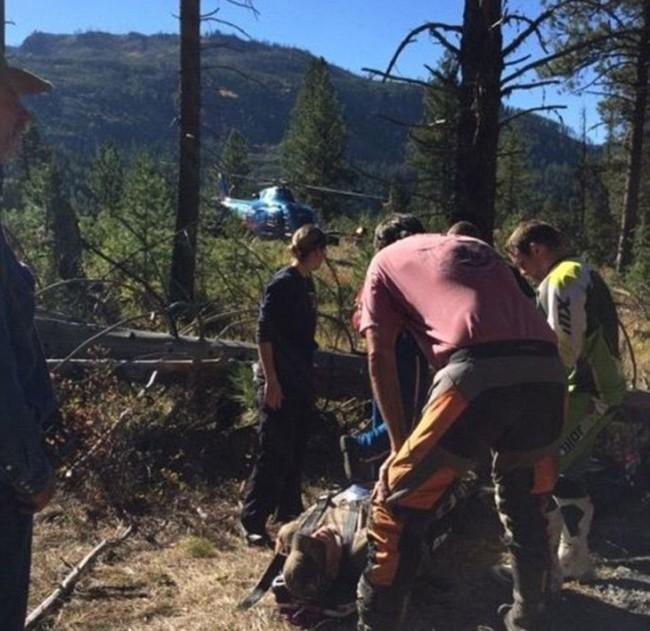 Жажда жизни и любовь к семье помогли выжить охотнику со сломанными ногами (3 фото)
