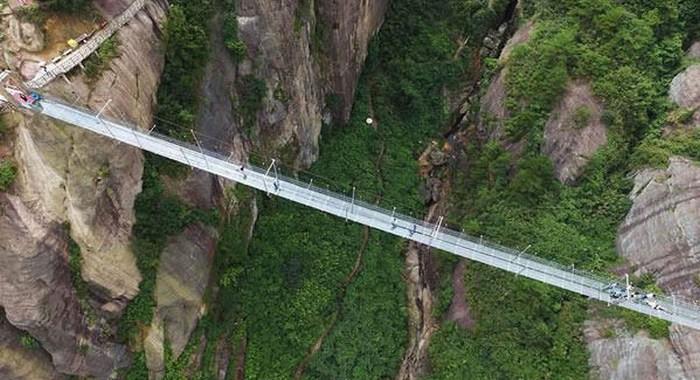 Cамый длинный в мире стеклянный подвесной мост (8 фото)