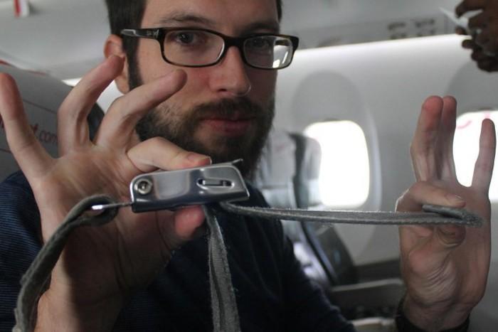 В самолете всегда следует пристегиваться ремнями безопасности (2 фото)
