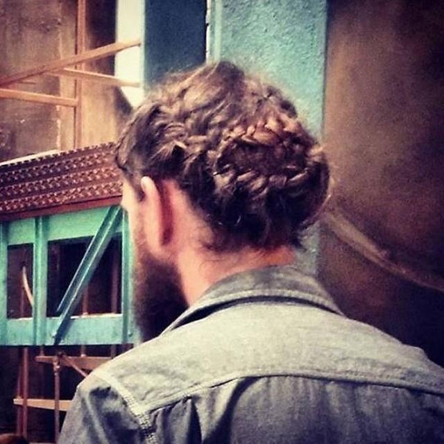 Новый тренд среди мужских причесок - роскошные косы