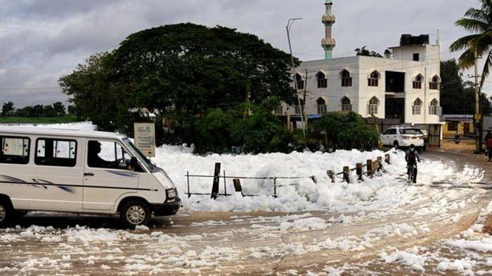 Горящая пена на улицах Бангалора (6 фото)