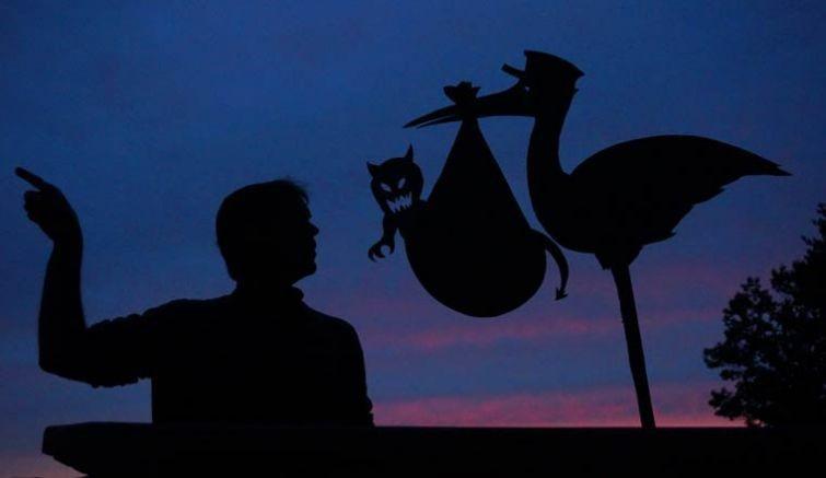 Картонные фигуры, оживающие в свете заката (30 фото)