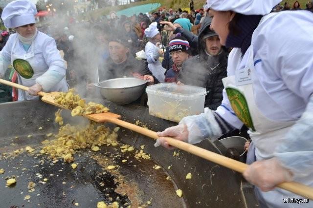 Рекорд России по количеству одновременно пожаренной картошки установили в Тамбове (6 фото)