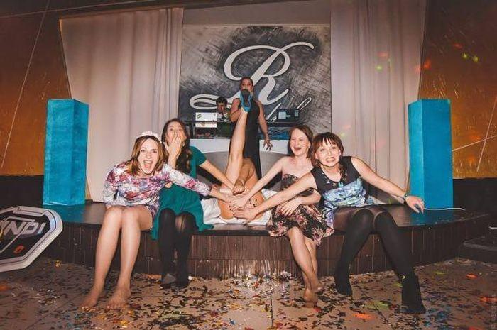 Прикольная подборка веселых девушек (55 фото)