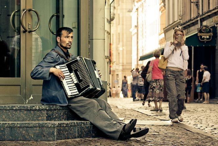 Заработок уличных музыкантов в разных городах мира (4 скриншота)