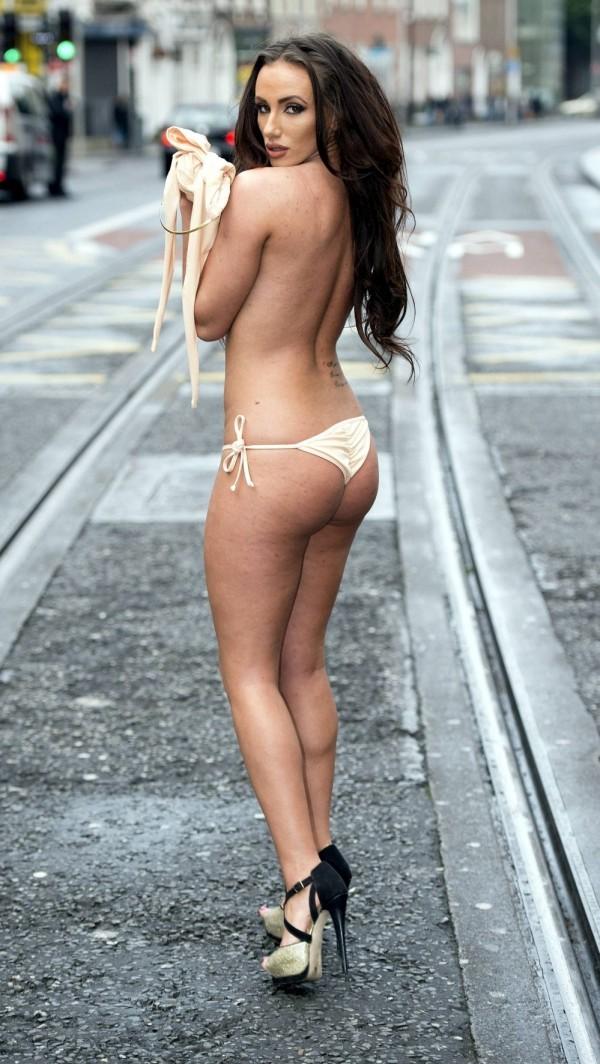 Уличный топлес-фотосет участниц конкурса «Мисс бикини Ирландия» (12 фото)