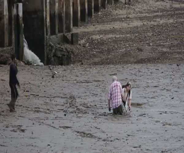 Туристы застряли в грязи