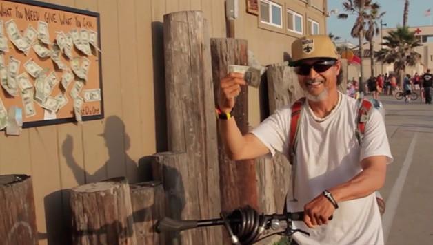 Парень повесил щит с прикрепленными к нему несколькими долларами и то, что случилось потом, удивило не только его (6 фото)