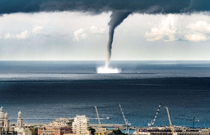 Над городом Генуи пронесся смерч (9 фото + видео)