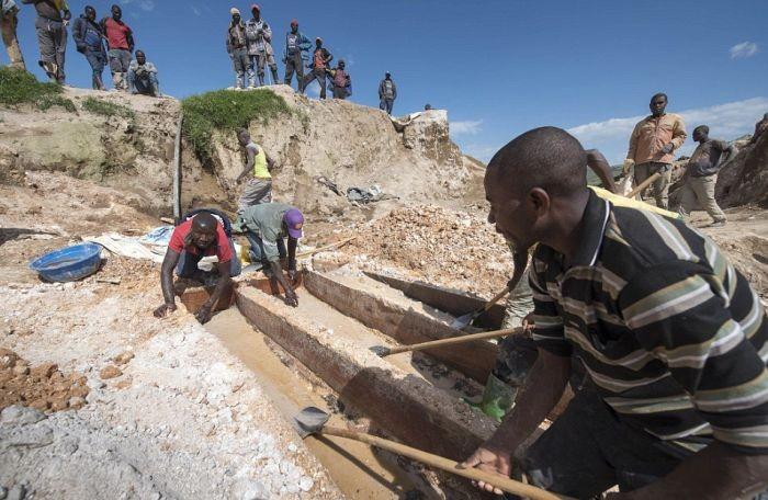 Добыча минерала колтана в Конго (21 фото)