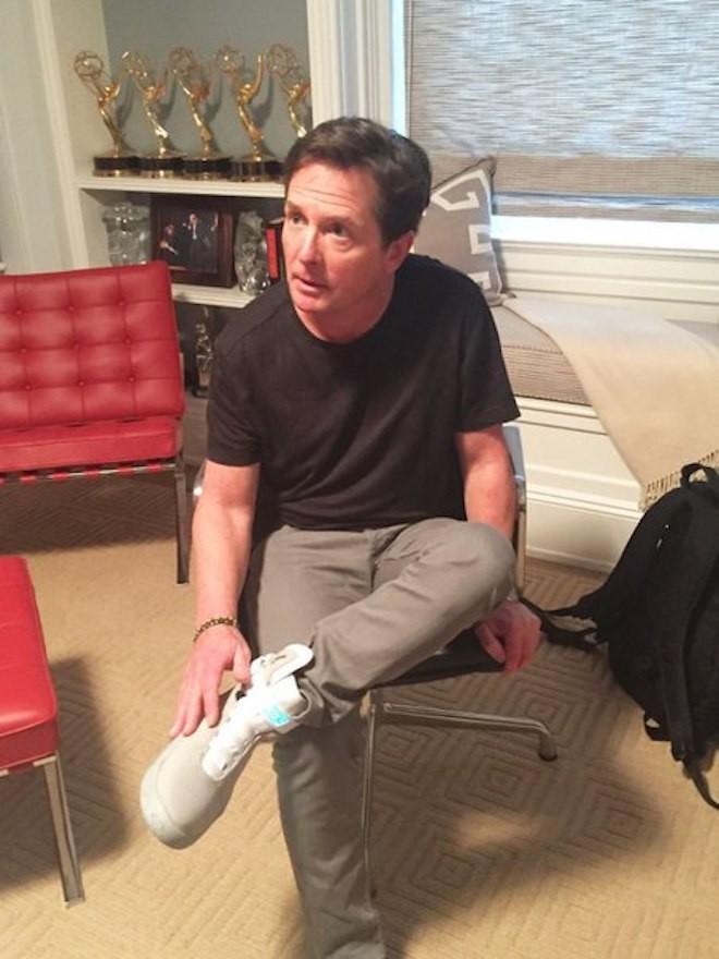 Актеру Майклу Джею Фоксу подарили самозашнуровывающиеся кроссовки (3 фото + 1 видео)