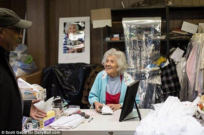 В прачечной по 11 часов в день по-прежнему работает 100-летняя женщина